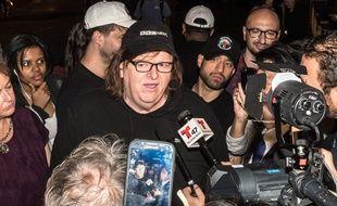 Michael Moore entouré de journalistes pour la première de «Michael Moore in Trumpland», le 18 octobre à New York.