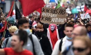 Un manifestant anti pass sanitaire, le samedi 7 août 2021, à Brest.