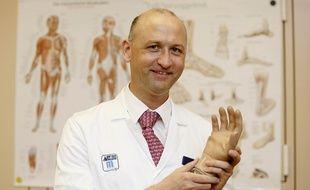 Le professeur Oskar Aszmann avec la main bionique qu'il a mise au point.