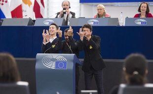 Les trois lycéens marseillais arborant le signe « Jul ».
