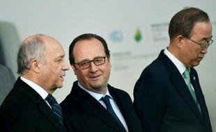 Ban Ki-moon, secrétaire général des Nations unies aux côtés de François Hollande, président de la République et de Laurent Fabius à l'ouverture de la conférence sur le changement climatique au Bourget, le 30 novembre 2015