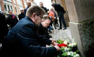 Un an après, le Premier ministre danois Lars Lokke Rasmussen (d) et le maire de Copenhague Frank Jensen rendent hommage aux victimes des attentats du 14 février 2015 dans la capitale danoise