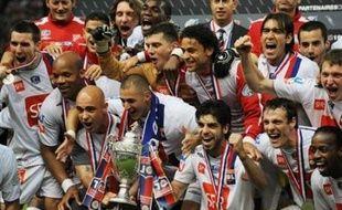 Lyon a remporté son premier doublé en gagnant la Coupe de France, une semaine après son septième titre de rang de champion, en battant 1 à 0 après prolongation un Paris SG méconnaissable, c'est-à-dire solide, inspiré et même dominateur, samedi au Stade de France.