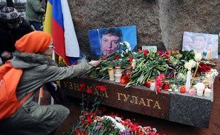 Une femme dépose des fleurs à la mémoire de Boris Nemtsov, l'opposant russe assassiné à Moscou. Photo du 28 février 2015.