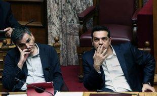 Le Premier ministre grec Alexis Tsipras (à droite) et le ministre des finances Euclid Tsakalotos au Parlement à Athènes le 22 mai 2016
