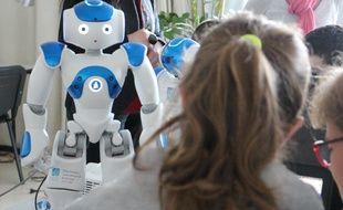 Le robot Nao sert de support d'expression à un groupe d'enfants autistes.