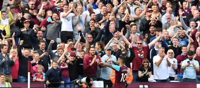 Les fans de West Ham célèbrent un but de Lanzini.