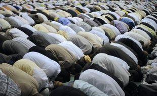 Une famille de Clichy-sous-bois effectue la prière au premier jour du ramadan le 22 août 2009.