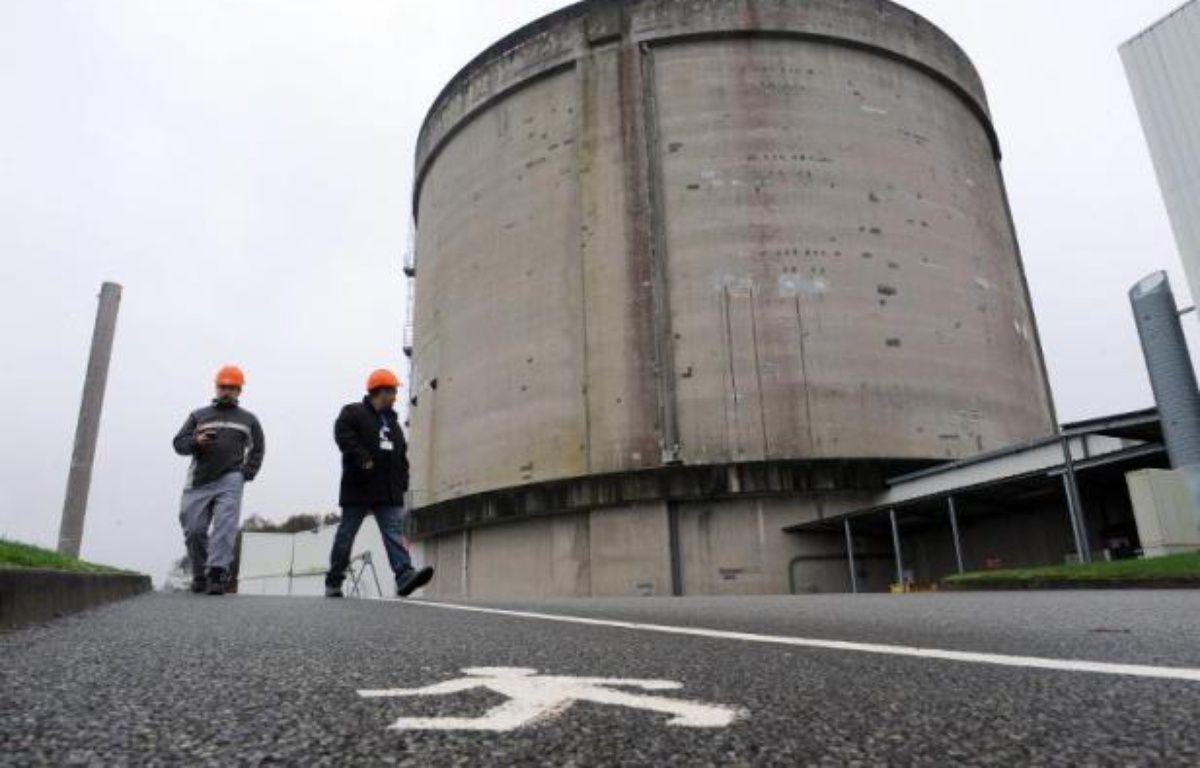 Des employés passent près de la centrale nucléaire de Brennilis, dans le Finistère, en cours de démantèlement – Fred Tanneau AFP