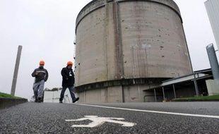 Des employés passent près de la centrale nucléaire de Brennilis, dans le Finistère, en cours de démantèlement