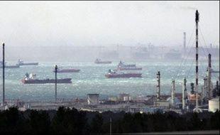 L'assemblée générale de la CGT du Port autonome de Marseille (PAM) qui devait se prononcer sur la suite de la grève paralysant depuis le 14 mars les terminaux pétroliers devrait se tenir mardi dans l'après-midi.