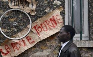 Cette grève de salariés sans-papiers, déclenchée de façon coordonnée pour la première fois en France dans une vingtaine d'entreprises de la restauration, du bâtiment ou du nettoyage près de Paris, oblige une partie du patronat à s'engager pour obtenir leur régularisation.