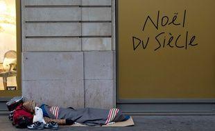 Un homme a tenté de mettre le feu aux cartons qui faisaient office de matelas pour une SDF à Marseille.