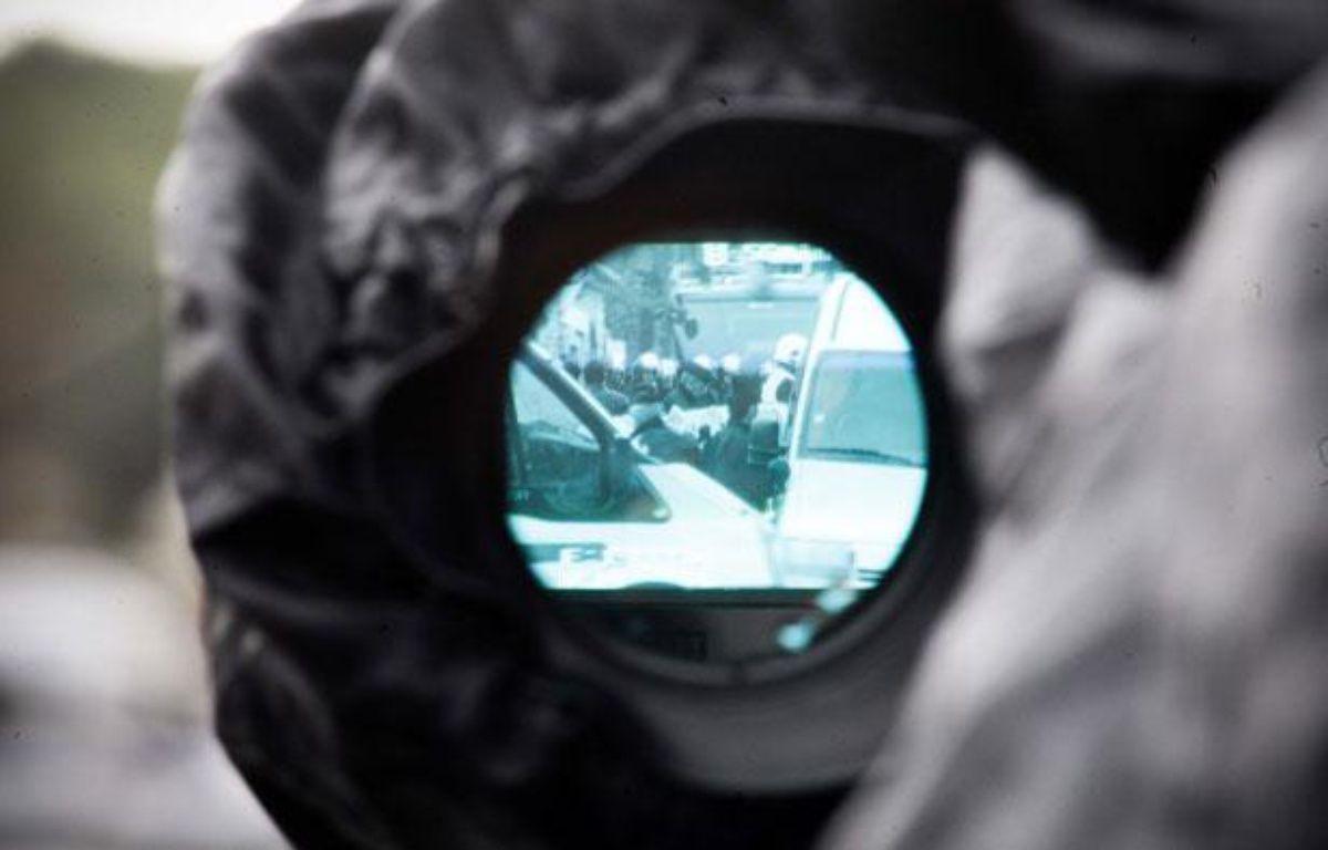 A Toulouse, le Raid a mené une opération pour arrêté le suspect des tueries de Toulouse et Montauban. Vue du siège des forces de police par l'oeilleton d'une caméra. Le 22 mars 2012. – FRED SCHEIBER/20 MINUTES