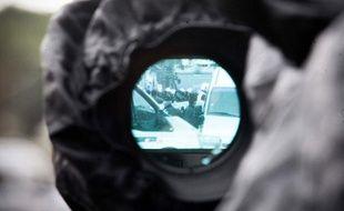 A Toulouse, le Raid a mené une opération pour arrêté le suspect des tueries de Toulouse et Montauban. Vue du siège des forces de police par l'oeilleton d'une caméra. Le 22 mars 2012.