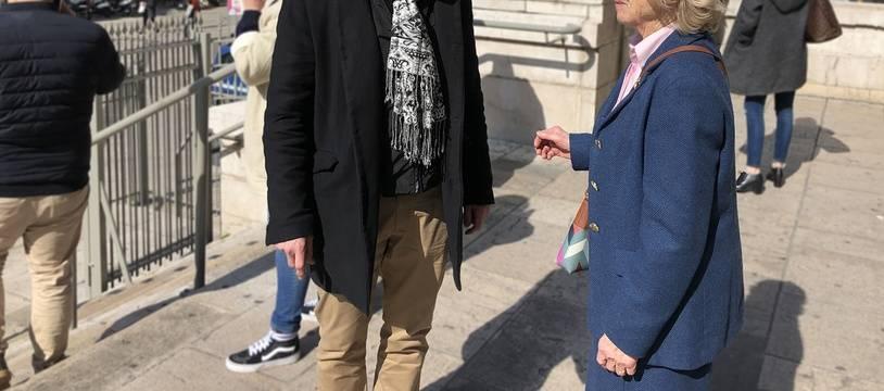L'octogénaire empoisonnée discute avec son avocat sur le parvis du palais de justice de Nice, le 4 mars 2019