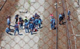 Des employés de MyFerryLink bloquent les voix de l'Eurostar près de Calais, le 30 juin 2015