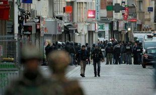 Des policiers dans une rue de Saint-Denis lors d'une opération antiterroriste contre des hommes retranchés dans un appartement, en lien avec les attentats de Paris, le 18 novembre 2015