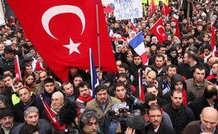 Manifestation de membres de la communauté turque en France, devant l'Assemblée nationale à Paris, le 22 décembre 2011.