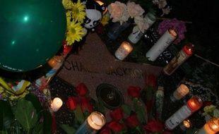 L'hommage des fans autour de l'étoile de Michael Jackson sur Hollywood Boulevard à Los Angeles, après la mort du chanteur, le 26 juin 2009.