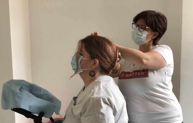 Patricia Delagneau pratique le shiatsu, une technique de pression sur le corps de Christine Géret, aide-soignante à l'hôpital de la Porte Verte à Versailles.