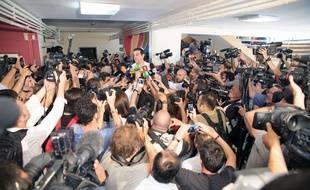 Le Premier Ministre grec Alexis Tsipras, interrogé par les médias après avoir voté au référendum, le dimanche 5 juillet 2015 à Athènes