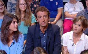 Cyrille Eldin, entouré de Sandrine Calvayrac (en bleu) et Mathilde Warnier dans «Le Petit journal» du 5 septembre.