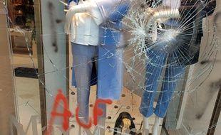 La vitrine de la boutique de vêtements Max Mara, à Lille, avait été brisée.
