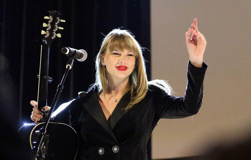 VIDEO. Dans son dernier clip, Taylor Swift ouvre son album de Noël familial