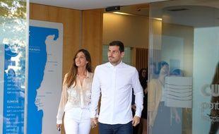 Iker Casillas et sa compagne à la sortie de l'hôpital à Porto.