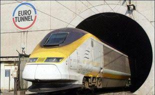 Eurotunnel a annoncé vendredi avoir finalisé jeudi la restructuration de sa dette, divisée par plus de deux, et son offre publique d'échange, marquant la fin de son sauvetage et la naissance d'un nouveau groupe, Groupe Eurotunnel SA (GET SA).
