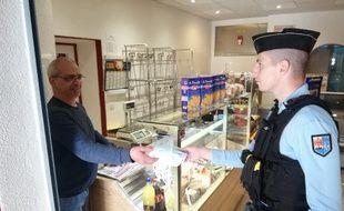 La gendarmerie a offert 25 masques à ce boulanger pour qu'il continue à servir ses clients.