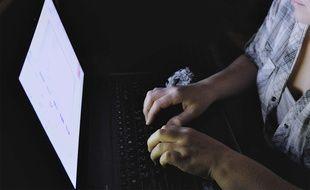 Le fait de publier des photos et vidéos intimes à caractère pornographique sans le consentement de l'autre est puni par la loi depuis 2016. Illustration.