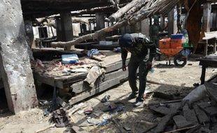 Des policiers sur le site où a eu lieu une attaque suicide à Maiduguri, le 2 juin 2015