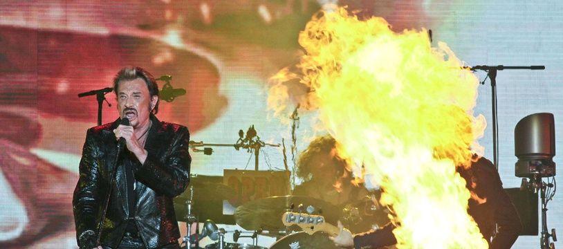 Près de quatre cents guitaristes ont rendu hommage à Johnny Hallyday.