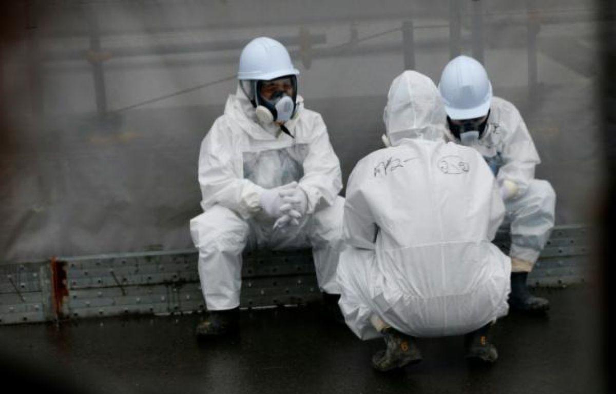 Des employés œuvrant à la décontamination prennent une pause dans la centrale nucléaire à Okuma, le 12 novembre 2014 – SHIZUO KAMBAYASHI POOL