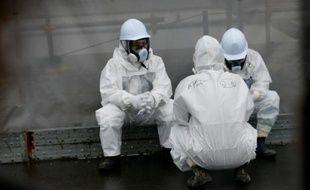 Des employés œuvrant à la décontamination prennent une pause dans la centrale nucléaire à Okuma, le 12 novembre 2014