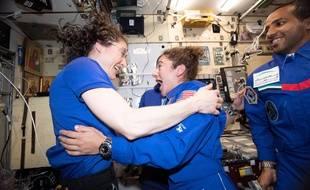 Christina Koch (à gauche) et Jessica Meir seront les premières femmes à sortir seules dans l'espace.