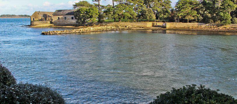 L'île de Berder, dans le golfe du Morbihan, est accessible à marée basse. Le projet d'hôtel de luxe porté par le groupe Giboire qui devait s'y implanter est annul.