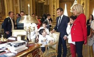 Brigitte et Emmanuel Macron ont reçu une dizaine de jeunes atteints d'autisme à l'Elysée