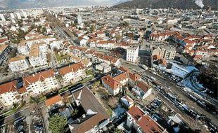 La plate-forme chimique (à dr.) de Pont-de-Claix, un risque Seveso dans la ville.