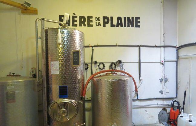 La Bière de la Plaine est produite dans de toutes petites cuves rue Saint-pierre, les créateurs ont même fabriqué leur cuve de brassage eux-mêmes.