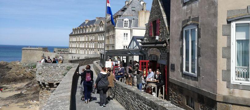 Les touristes déambulant sur les remparts de l'intra-muros, à Saint-Malo, louent de plus en plus des logements via Airbnb.