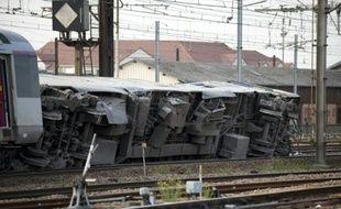 Un wagon couché sur la voie après son déraillement à la station de Brétigny-sur-Orge, en Essonne, le 12 juillet 2013