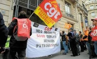 Les salariés de Neo Security devant le siège de l'entreprise, mercredi matin.