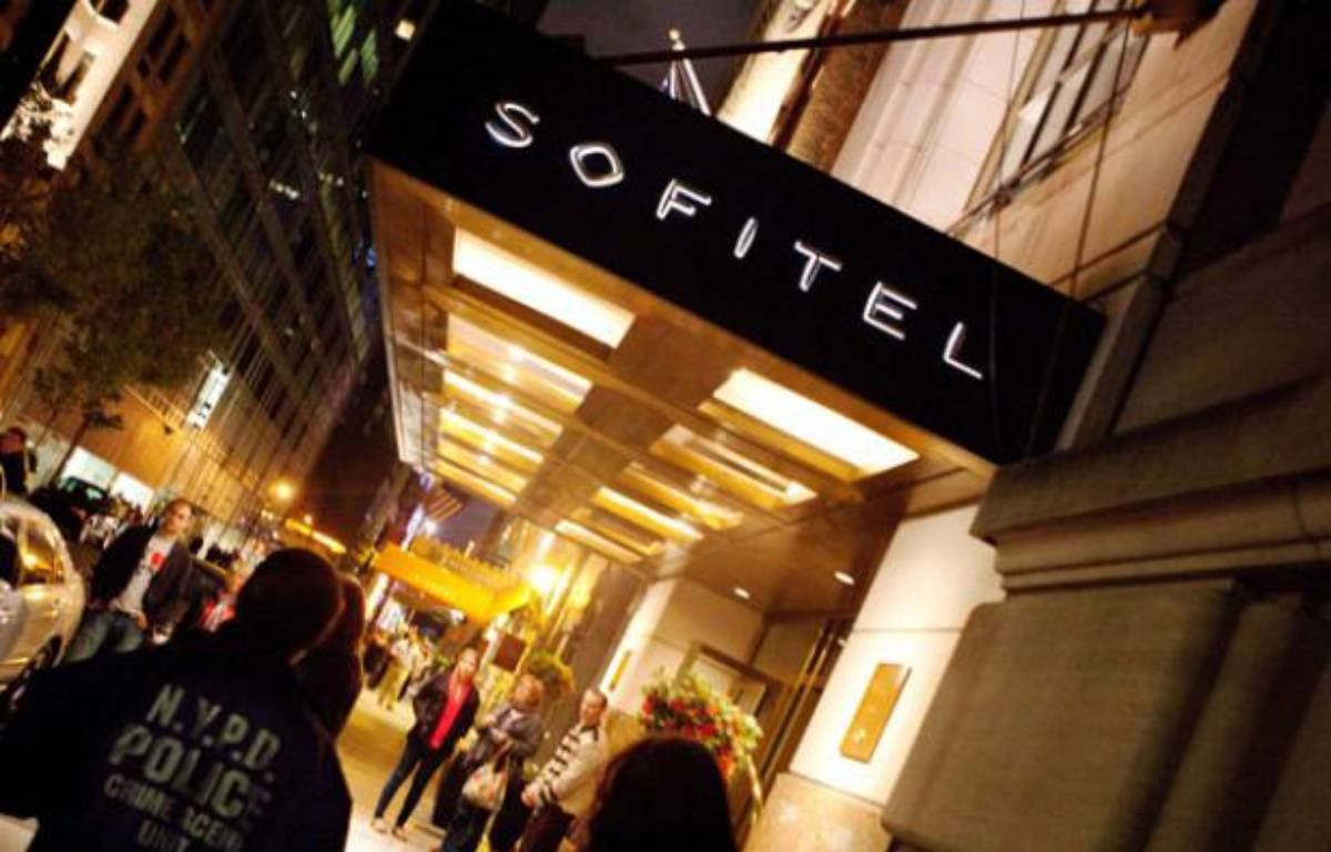 Un policier de l'unité scientifique de New York à l'entrée de l'hôtel Sofitel à New York, où a séjourné Dominique Strauss-Kahn, le 14 mai 2011. – John Minchillo/AP/SIPA