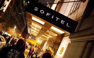 Un policier de l'unité scientifique de New York à l'entrée de l'hôtel Sofitel à New York, où a séjourné Dominique Strauss-Kahn, le 14 mai 2011.