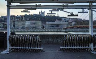 Les tables de la terrasse de ce café lyonnais situé au bord de la Saône pourraient être dépliées à nouveau à partir du mois prochain.