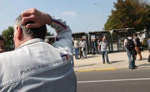 Des employés de PSA devant l'usine d'Aulnay-sous-Bois, le 4 septembre 2012.