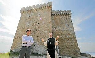 David Lisnard et le père-abbé devant le monastère fortifié de l'île St-Honorat.